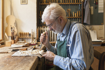 Geigenbauer bei der Arbeit