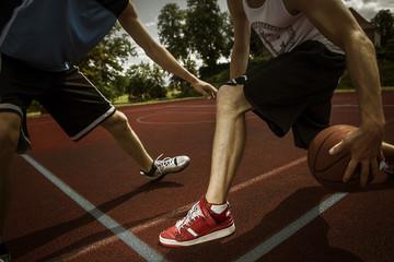 Zwei junge Basketball-Spieler bei Duell, Teilansicht