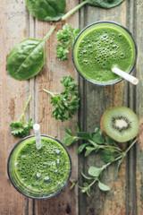 Grünes Gemüse und Frucht-Smoothie mit Spinat, Salat, Petersilie, Kresse, Oregano und Kiwi