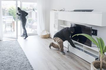Zwei Einbrecher bei der Arbeit, in einem Einfamilienhaus bei Tage