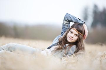 Porträt von Teenager-Mädchen auf dem Feld liegend