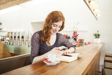Porträt der jungen Frau mit Smartphone Lesen SMS