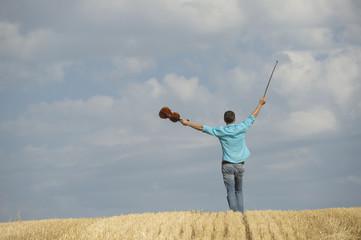 Deutschland, Bayern, Starnberg Region, Mann der Violine im Feld spielt