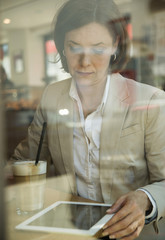 Geschäftsfrau mit Tablet-Computer bei Kaffeepause