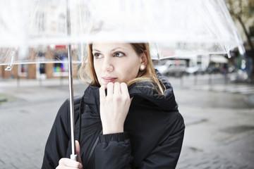 Junge Frau mit Regenschirm, transparent