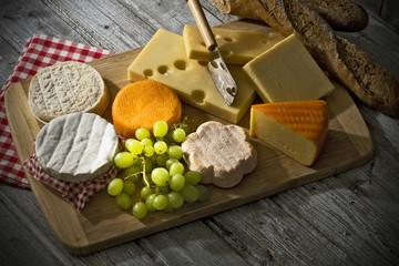 Käseplatte, verschiedene Käse, Cheddar-französisch, französisch Weichkäse, französisch Schafskäse, Camembert, Emmentaler, Bergkäse