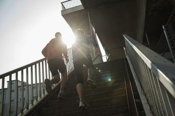 Junger Mann und Teenager beim Turmlauf