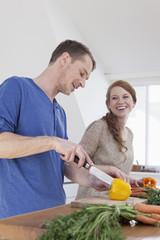 Jungse Paar macht sich was zu essen