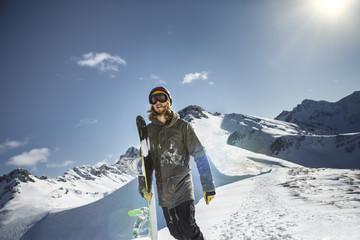 Österreich, Vorarlberg, Riezlern, Snowboarder in den Bergen