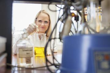 Wissenschaftlerin in chemischem Labor