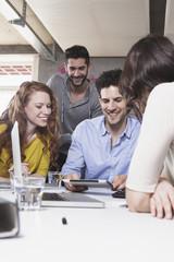 Vier kreative Menschen in Business-Konferenz im Büro