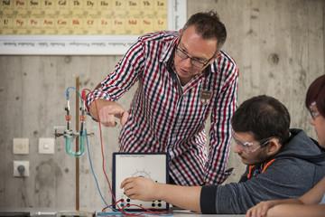 Berufsschule, Schüler und Lehrer im Chemieunterricht