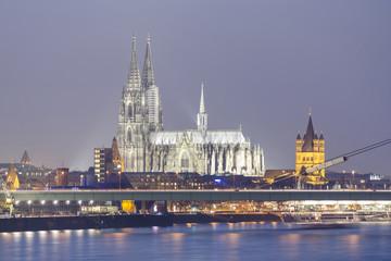 Deutschland, Nordrhein-Westfalen, Köln, Blick zum Kölner Dom und Groß St. Martin in Abenddämmerung