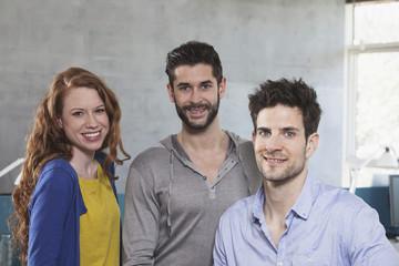 Gruppenbild von drei Kollegen im Büro