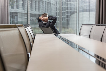 Geschäftsmann entspannt im Konferenzraum