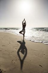Karibik, Barbados, Silver Sands Strand, Frau Yoga