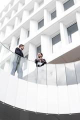 zwei Geschäftsleute stehen vor dem Hotel