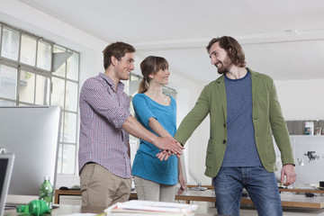 Drei Kollegen in einem Büro