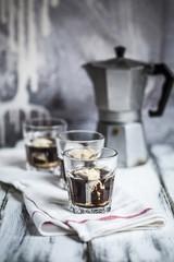Gläser Affogato alla Zabaione auf Stoff und Espresso