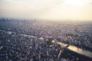 Japan, Tokio, Asakusa mit Sonnenuntergang über den Sumida-Fluss