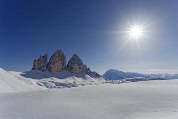 Italien, Südtirol, Sextner Dolomiten, Hochpustertal, Tre Cime di Lavaredo vor der Sonne