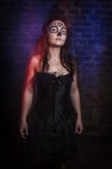 Sugar Skull, junge Frau in in einem Kellergewölbe