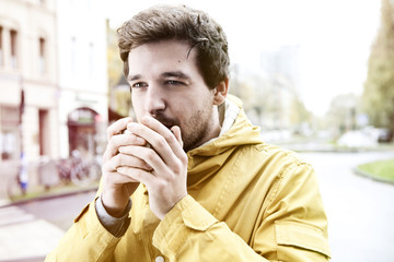 Junger Mann mit Kaffeetasse