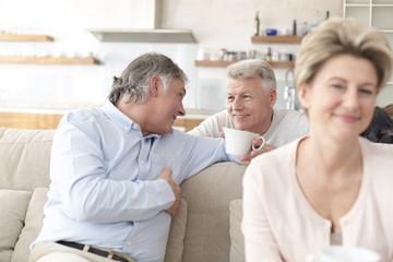 Drei alte Freunde treffen sich zu Hause