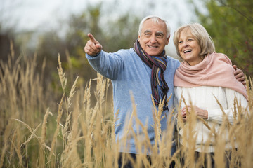 Portrait eines glücklichen Senioren-Paares bei einem Spaziergang