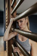 Frau an Sprossenwand in der Turnhalle