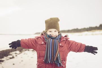 Deutschland, Mecklenburg-Vorpommern, Rügen, Lächelnder Junge am Strand