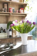 Strauß Tulpen auf Küchentheke