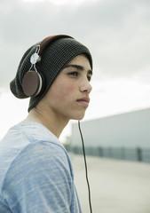 Junge mit Kopfhörern im Freien