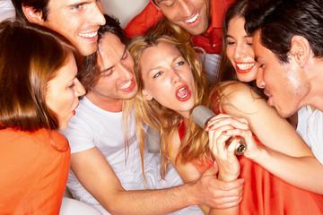 Junge Menschen singen zusammen in einem Nachtclub