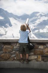 Österreich, Grossglockner, Junge beobachtet durch ein Fernglas