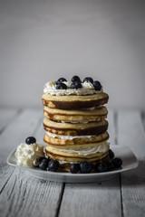 Pfannkuchen und Blaubeeren auf Teller, Studioaufnahme