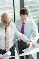 Zwei Geschäftsleute im Büro, Blick auf Blaupause