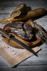 Schinken und Zwiebel Baguette auf Holzbrett