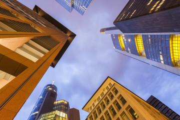 Deutschland, Hessen, Frankfurt am Main, Blick auf Fassaden von modernen Bürogebäuden von unten in der Dämmerung