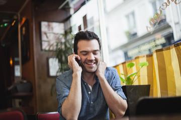 Frankreich, Paris,Mann telefoniert mit seinem Smartphone in einem Café