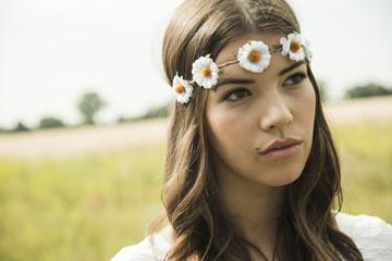 Porträt der jungen Frau mit Blumenkranz