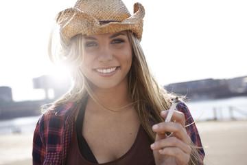 Lächelnde junge Frau Frau mit Cowboy-Hut