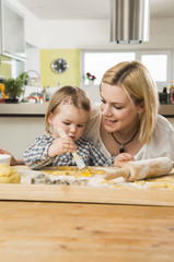 Mutter und Tochter backen in der Küche zu Hause