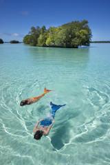 Palau, zwei junge Frauen in Meerjungfrau-Kostüm, Schwimmen in einer Lagune