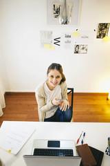 Frau mit Smartphone im modernen Büro zu Hause, erhöhte Ansicht