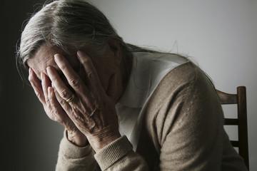 Ältere Frau, Gesicht in den Händen