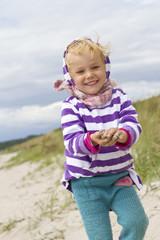 Dänemark, Ringköbing, kleines Mädchen zu Fuß am Strand