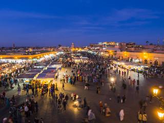 Afrika, Marokko, Marrakesch-Tensift-El Haouz, Marrakesch, Blick über Markt Djemaa el-Fna-Platz am Abend