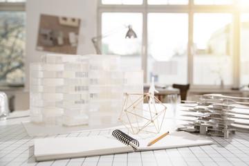 Desktop mit Architekturmodell im Architekturbüro