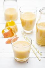 Gläser und Flaschen, Mango-Banane Smoothie